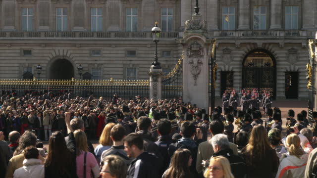 MS PAN Spectators watching Changing of the Guard at Buckingham Palace, London, United Kingdom