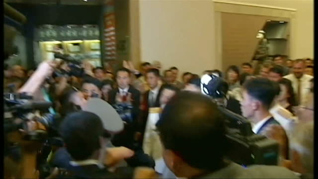 vídeos de stock, filmes e b-roll de speculation about whereabouts of kim jong un t27071311 / tx pyongyang kim jongun along and shaking hands int kim jongun along surrounded by others as... - channel 4 news