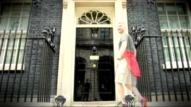 speculation ahead of cabinet reshuffle; england: london: downing street: ext speeded up timelpase number ten front door / camera on tripod facing... - 内閣改造点の映像素材/bロール