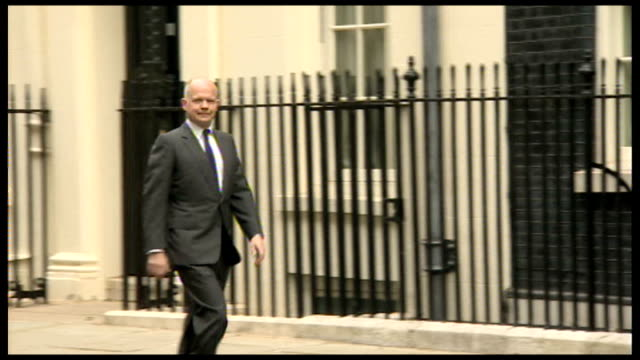 speculation ahead of cabinet reshuffle; r09061402 / london: downing street: ext hague along to number ten - 内閣改造点の映像素材/bロール