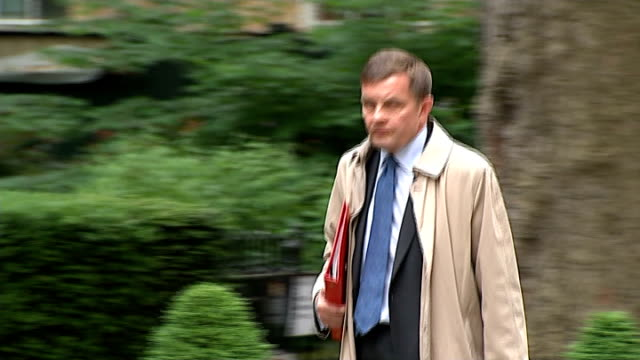speculation ahead of cabinet reshuffle; r20051410 / downing street: ext david jones mp along to number ten - 内閣改造点の映像素材/bロール