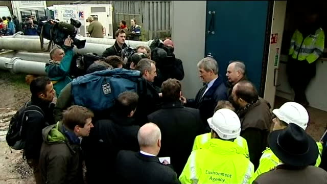 speculation ahead of cabinet reshuffle t27011410 / tx high angle view owen paterson mp speaking to crowd of press paterson speaking to press - オーウェン・パターソン点の映像素材/bロール