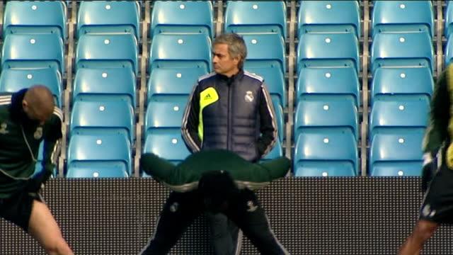 speculation rises on the possible return of jose mourinho as chelsea manager lib / etihad stadium various shots real madrid players warming up on... - ジョゼ・モウリーニョ点の映像素材/bロール