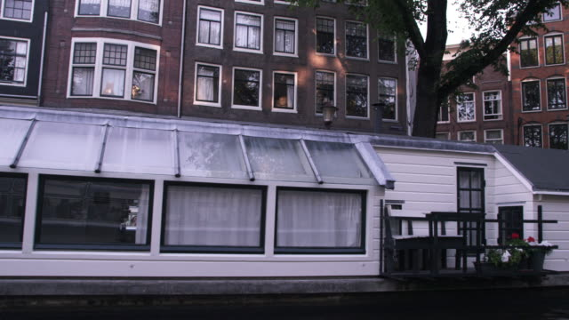 vídeos de stock e filmes b-roll de sped-up footage of houseboats and a street in amsterdam - barco casa