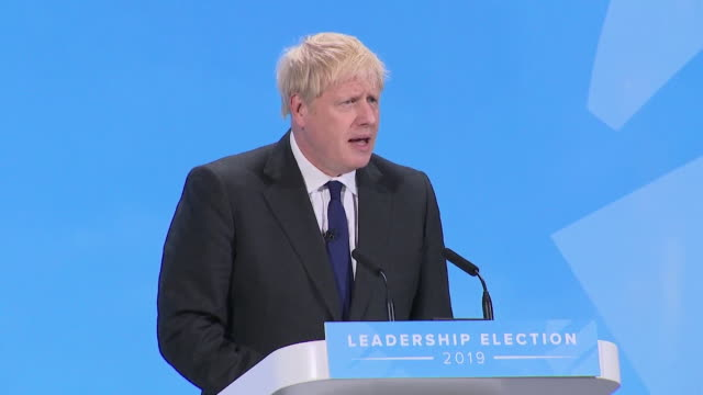 "vídeos de stock, filmes e b-roll de speech boris johnson, conservative leadership candidate at final husting ""hour is darkest before the dawn, we need to get brexit done"" - primeiro ministro"
