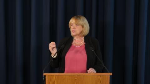4k: discorso di donna politica / primo ministro / insegnante / predicatore / conferenza stampa - uomo politico video stock e b–roll