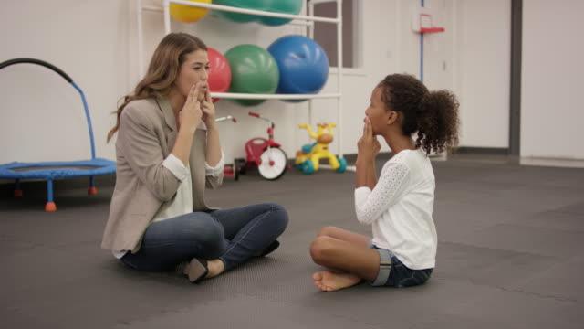 vídeos de stock, filmes e b-roll de terapeuta da fala a trabalhar com paciente criança na clínica - fisioterapeuta
