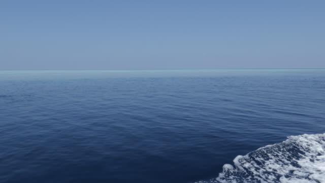 vídeos de stock, filmes e b-roll de barco de velocidade que cruza na superfície do mar em maldives - passear sem destino