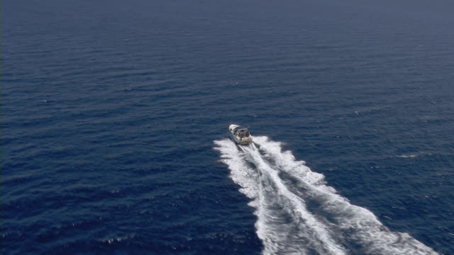 speed boat moving in sea - motorboot stock-videos und b-roll-filmmaterial