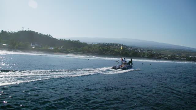 vídeos de stock e filmes b-roll de speed boat off coast of reunion in slow motion - territórios ultramarinos franceses