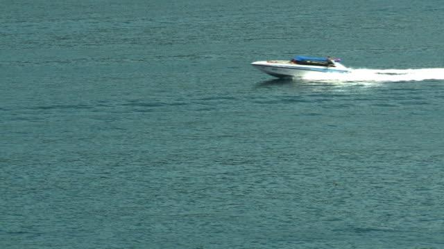 speed boat passes by - motoscafo da competizione video stock e b–roll