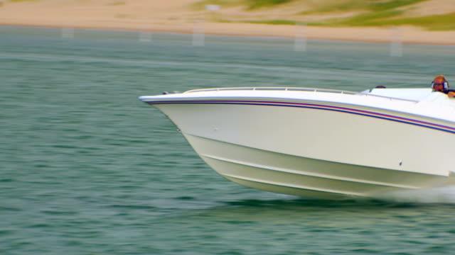 speed boat passing by on lake - motoscafo da competizione video stock e b–roll