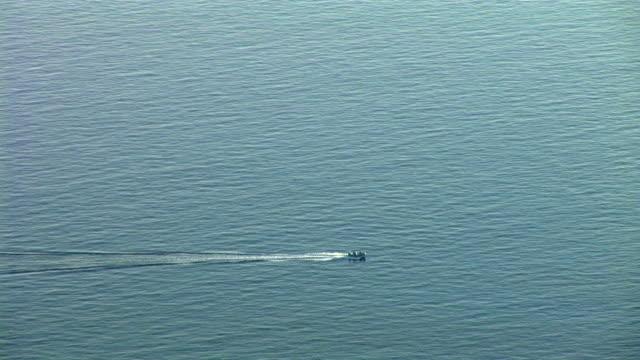 vídeos de stock e filmes b-roll de hd: barco de velocidade - ancorado