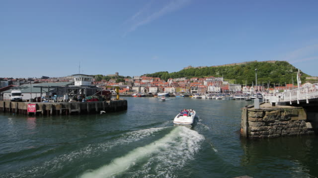 vídeos de stock e filmes b-roll de speed boats scarborough harbour scarborough south bay - scarborough reino unido