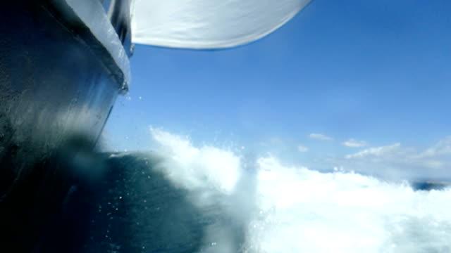 speed-rennen auf alle segel (zeitlupe) - segeln stock-videos und b-roll-filmmaterial