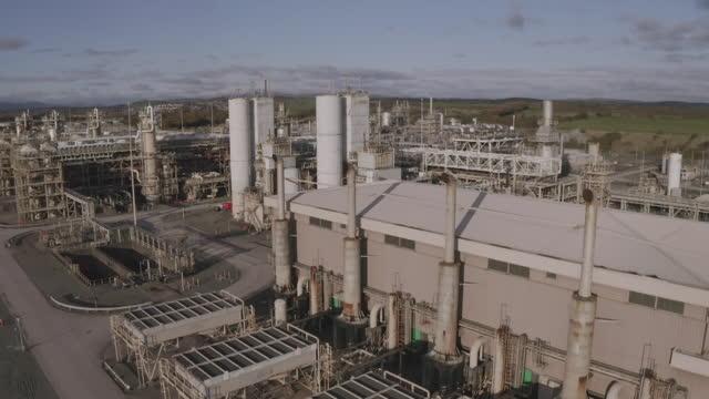 speed ramp aerials natural gas terminal - storage tank stock videos & royalty-free footage