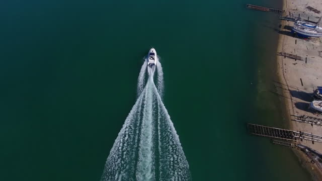 speedboat aerial view - barca a motore video stock e b–roll