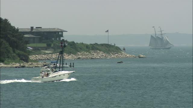 vídeos y material grabado en eventos de stock de ws speedboat cruising across the harbor / georges bank, maine, united states - pasear en coche sin destino