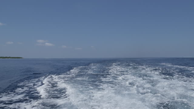 vídeos de stock, filmes e b-roll de lancha que cruza no mar aberto de maldives - passear sem destino