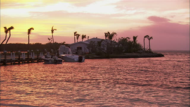 ws, speedboats moored at seashore at sunset, abaco islands, bahamas - palma nana video stock e b–roll
