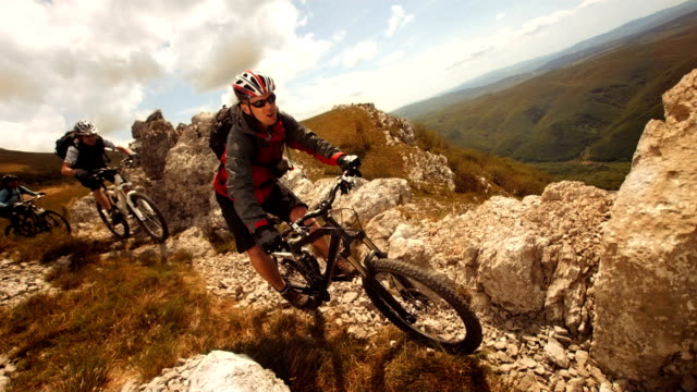 hd-zeitlupe: mtb rast mountain ridge - mountainbiking stock-videos und b-roll-filmmaterial
