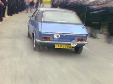 a speeding car carrying a working miner speeds past the picket lines outside the gascoigne wood colliery - streikposten stock-videos und b-roll-filmmaterial
