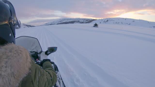 pov zu beschleunigen, mit dem motorschlitten in norwegen - audio available stock-videos und b-roll-filmmaterial