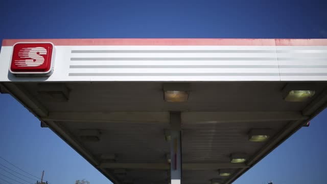 stockvideo's en b-roll-footage met a speedway gas station stands in huntington west virginia us on tuesday oct 18 photographer luke sharrett/bloomberg - benzineprijzen