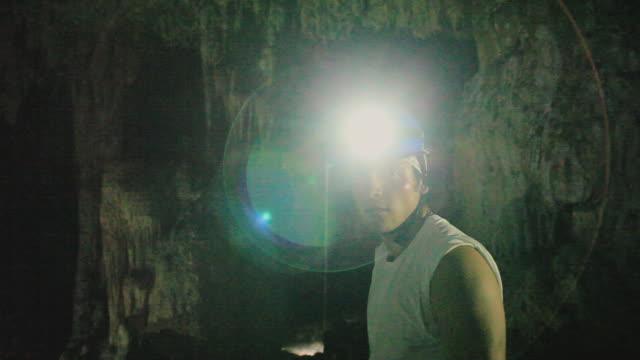 vidéos et rushes de ms spelunker surveying cave, yucatan, mexico - lampe frontale