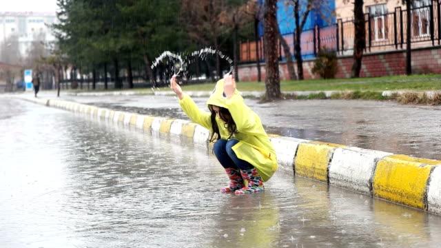 遅い mot - 雨の中で時間を過ごす - レインコート点の映像素材/bロール