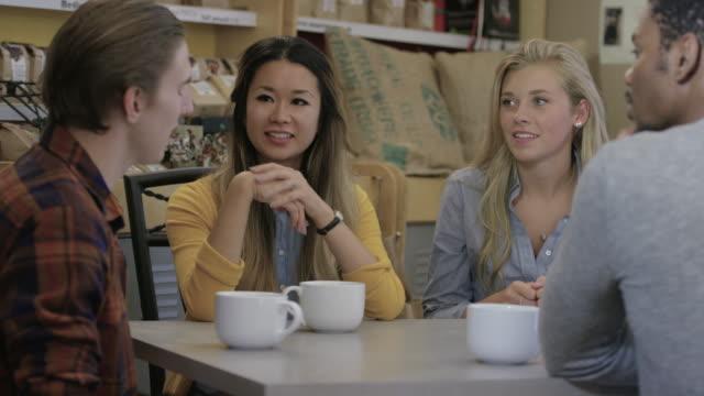 stockvideo's en b-roll-footage met tijd doorbrengen met vrienden op een lokale cafe - natuurlijk haar