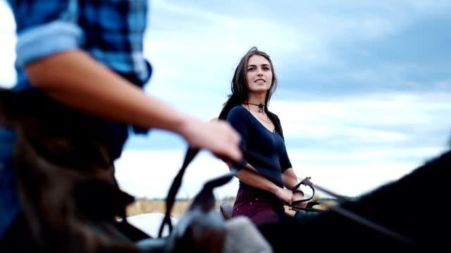 vídeos de stock, filmes e b-roll de passar um tempo com minha garota e cavalos - montar um animal