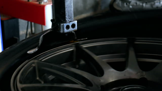 vídeos de stock, filmes e b-roll de máquina de sperating a trabalhar numa loja de reparação de pneus - tyre