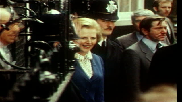 sperm frozen for 21 years makes baby lib london downing street ext margaret thatcher waving outside number 10 - downing street stock-videos und b-roll-filmmaterial