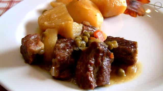 spezzatino di carne con patate e piselli - kalbfleisch stock-videos und b-roll-filmmaterial
