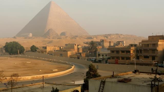 stockvideo's en b-roll-footage met sfinx en grote piramides in gizeh, caïro, egypte - egyptische cultuur