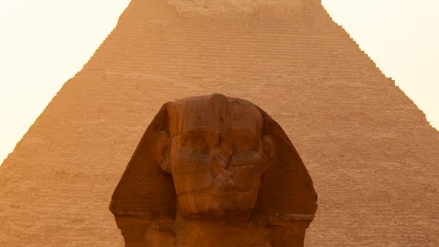 sphinx and the pyramid of kefren - pyramide bauwerk stock-videos und b-roll-filmmaterial