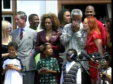 vídeos de stock e filmes b-roll de spice girls ext spice girls standing with prince charles and pres nelson mandela - spice girls