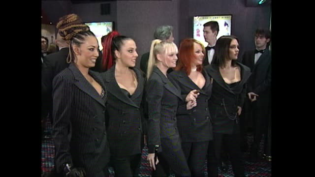 vídeos de stock e filmes b-roll de spice girls pose for photos at the premiere of their film spice world 1997 - spice girls