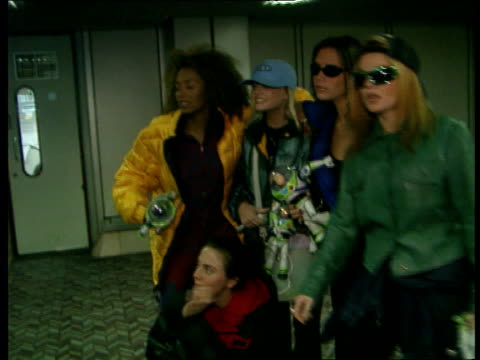 vídeos de stock e filmes b-roll de spice girls return from usa visit england london airport heathrow ms spice girls pose holding buzz lightyear dolls for photos girls towards thru... - spice girls