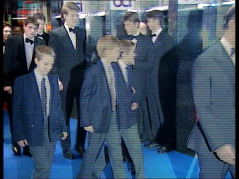 vídeos de stock e filmes b-roll de 'spiceworld' premiers pool england london leicester square minibus arriving princes charles william harry along to shake man int princes charles... - spice girls