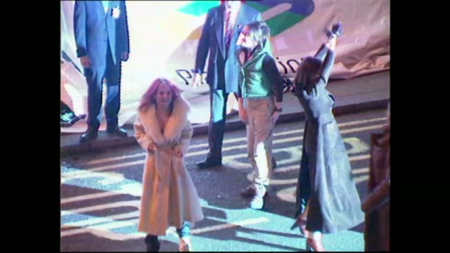 vídeos de stock e filmes b-roll de spice girls switch on oxford street christmas lights england london oxford street black limousine arriving in oxford street gv crowds the spice girls... - spice girls