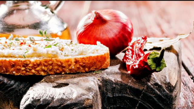 調味料スパイス農家チーズ トースト - ブリーチーズ点の映像素材/bロール