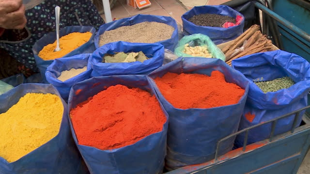spices at a market at a market, oruro, bolivia - ausschöpfen stock-videos und b-roll-filmmaterial