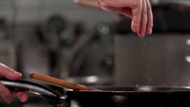 料理のスパイス - カレー料理点の映像素材/bロール