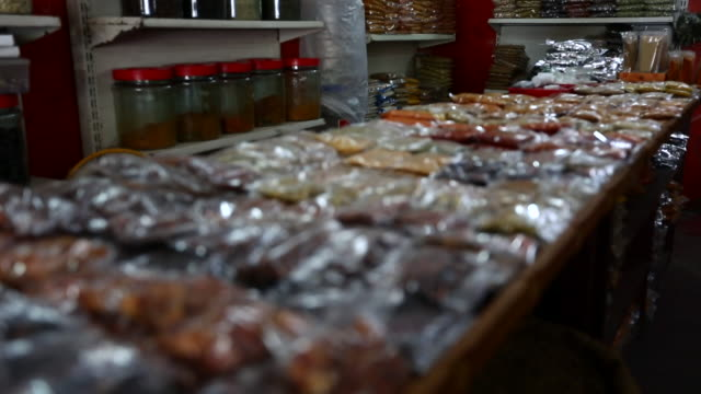 spices in plastic bags in a store in india - ビニール袋点の映像素材/bロール