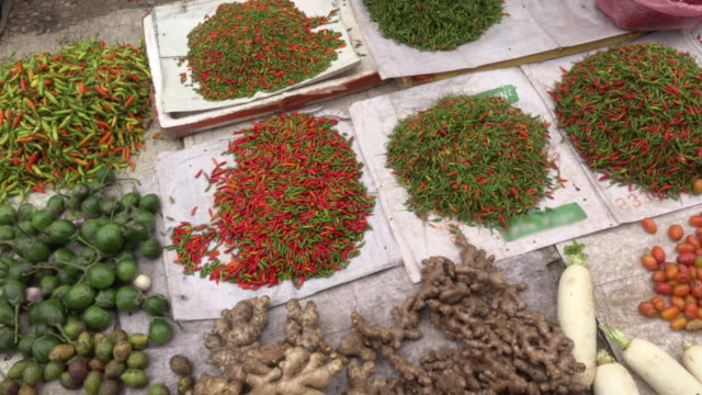 pan / spices on farmer market - bazar delle spezie video stock e b–roll