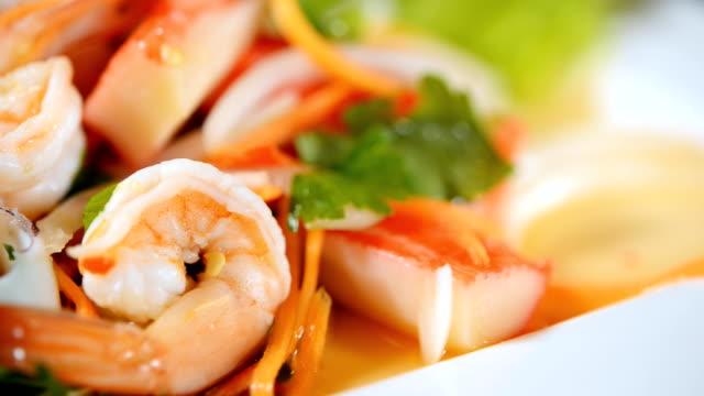 stockvideo's en b-roll-footage met kruidige visgerechten, thaise seafood salade kruiden - garnaal gerecht
