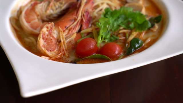 spicy spaghetti with shrimp (tom yum kung)