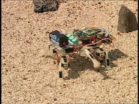 vídeos de stock e filmes b-roll de ts spider bot walking on mars yard - robô